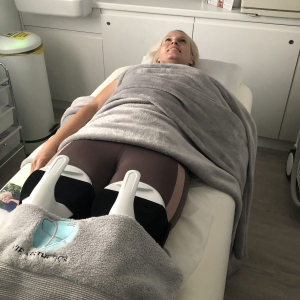 Woman undergoes Viemax Sculpt EMS body contouring treatment at vie aesthetics